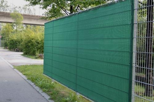 Sichtschutznetz am Stabmattenzaun im Frühjahr...