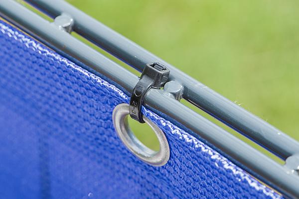 Der Windschutz wird mit Kabelbindern schnell befestigt