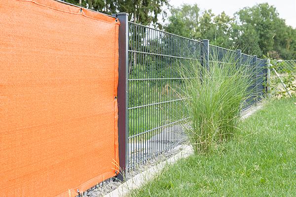 Guter Wind- und Sichtschutz am Gartenzaun