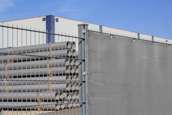Windschutz als Zaunblende am Stabmattenzaun