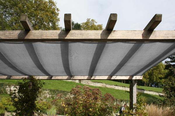 Sonnenschutz in grau mit Ösen