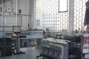 Lamellentor-Lamellenvorhang zum Staub-Schutz von Druckanlagen.
