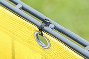 Der Windschutz wird z.B. mit Kabelbindern schnell befestigt